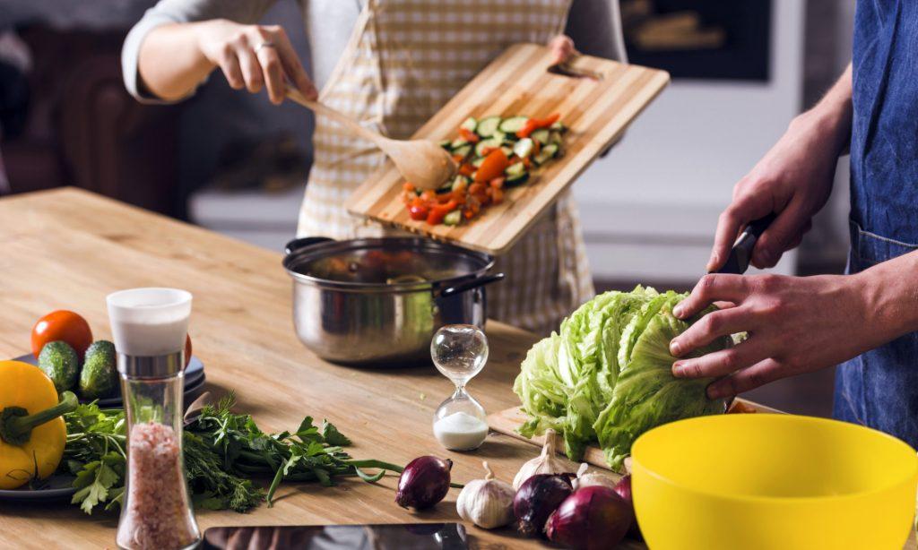 Cosa mangiare nella dieta vegana: abbinamenti alimentari e sostituzioni