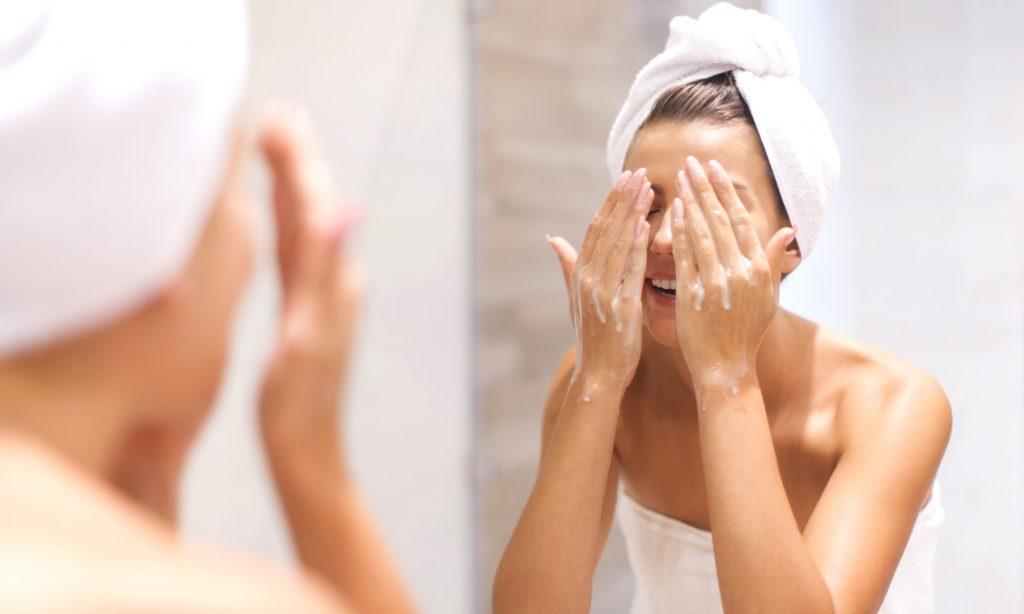 Olio di cocco per la pulizia del viso